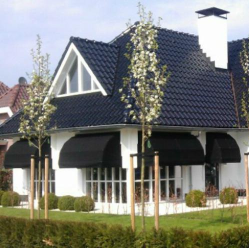 Markiezen zwart aan wit huis