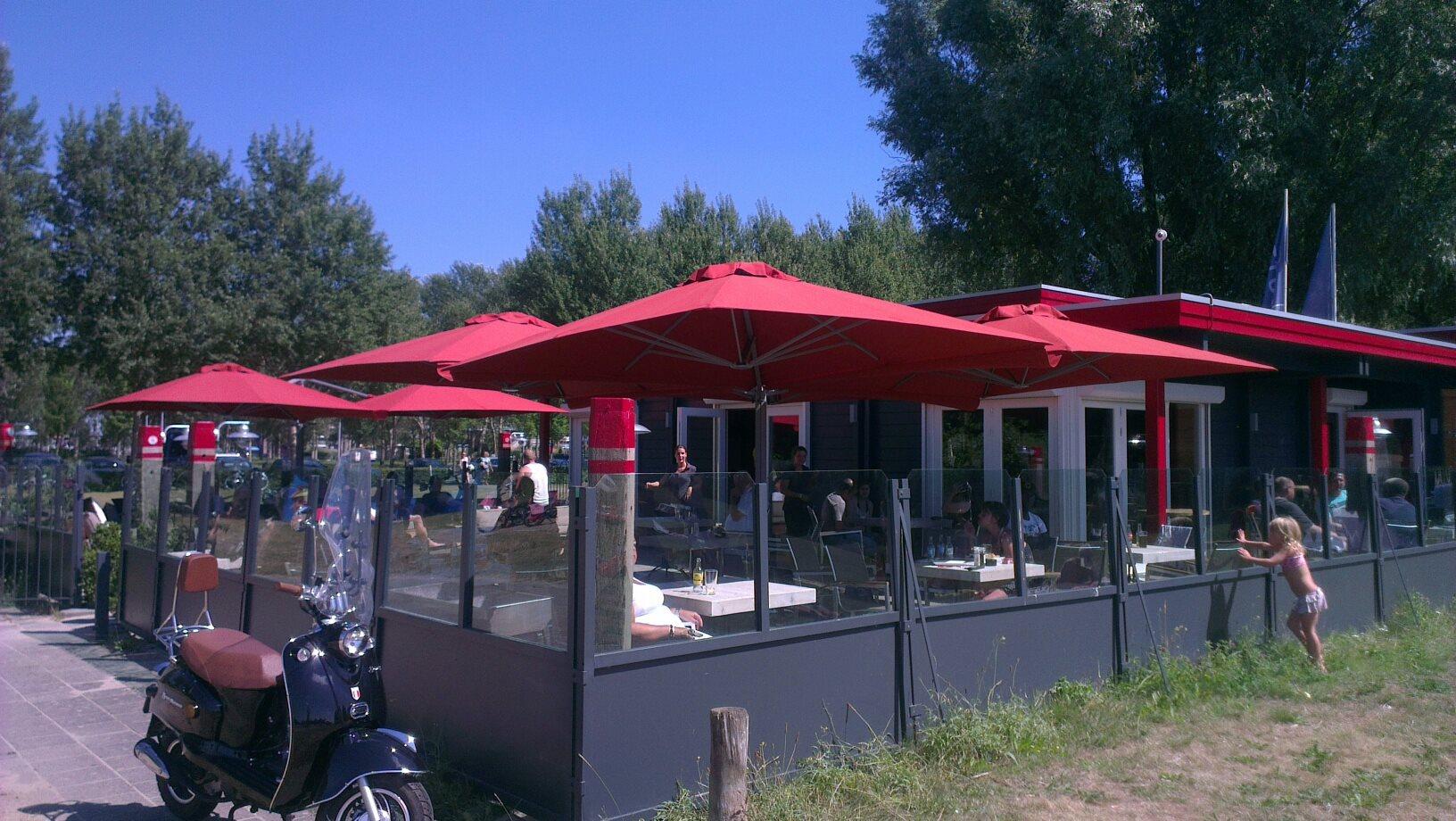 Parasols rood op terras Hennie's Zonwering